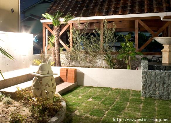 植栽コーナーにはお気に入りを植えるスペースを残し、オブジェなどを飾るコーナーも設けています