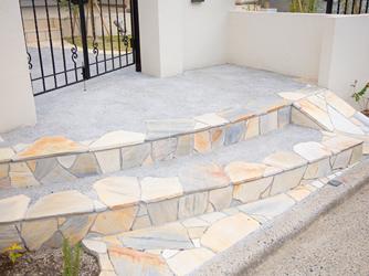 自然石を使用した階段は高級感のあるアプローチ