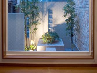 玄関を開けると目に入る坪庭は、違和感を感じない和洋折衷のスタイル