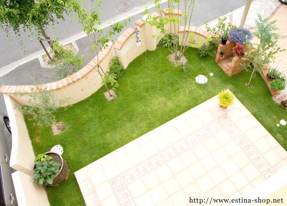 南欧を意識した、コートダジュールスタイルのお庭。つい立ち止まって眺めてしまう、明るいお庭