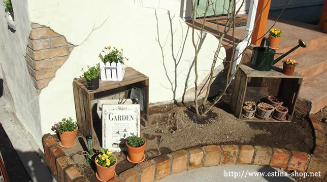 冬になると寂しくなる花壇も、ガーデン雑貨で演出