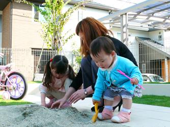 お子様の遊び場である砂場