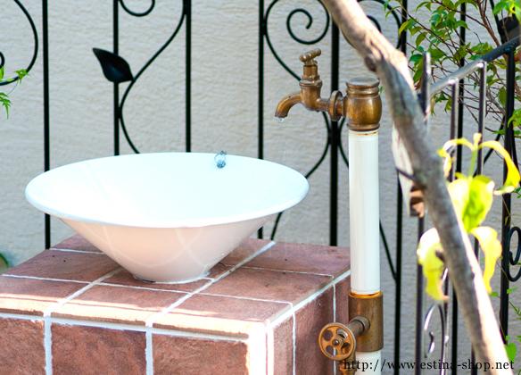 家のドアの色に合わせた立水栓