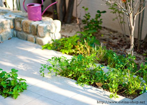 お手入れしやすいタイルテラスの花壇