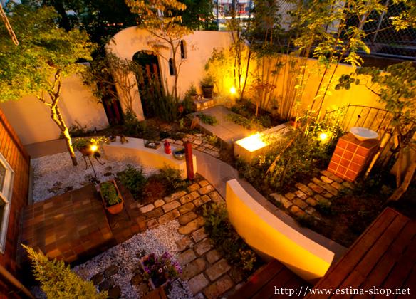 仕事から帰って、少しの時間をお庭で過ごすためにお庭をライトアップ