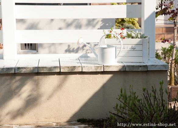 お庭で一息つけるベンチは、小物を飾る台にも