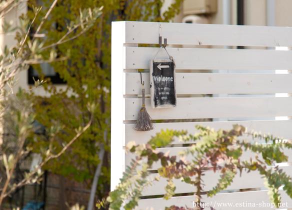 目隠しの白いフェンスは圧迫感も少なく、お気に入りの小物を飾れる