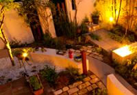 心落ち着く、ライトアップされたお庭に、リガーデン