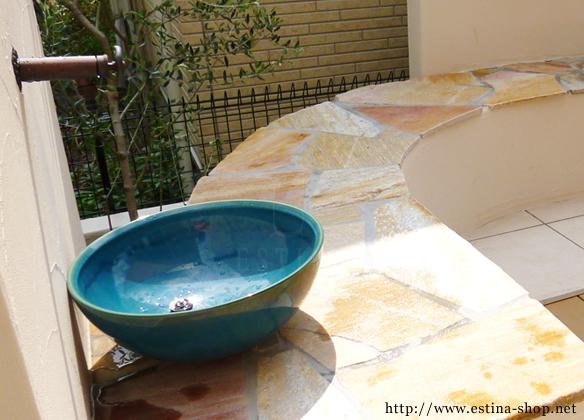 印象的な鉢の水栓