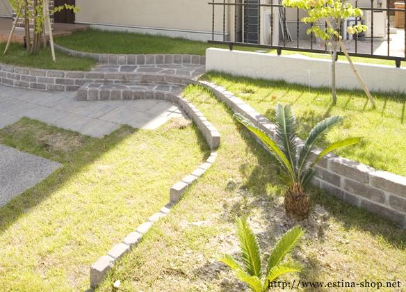 アプローチ横には、芝の花壇