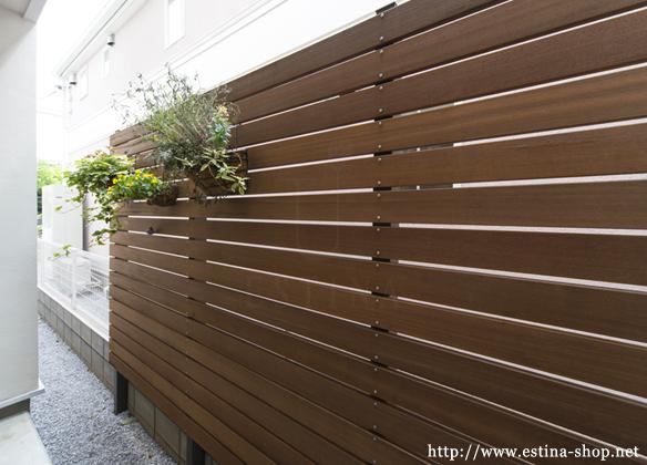 ダイニングからの景色を考えた木製フェンス