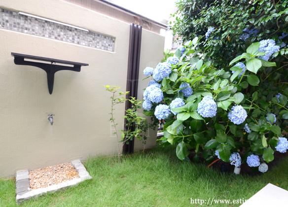 外構の門柱に合わせて、お庭のポイントを造作