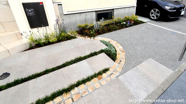 ゲストパーキングになるアプローチの植物は地被植物を