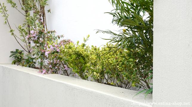 高さをもたせた花壇は、門柱のアクセント