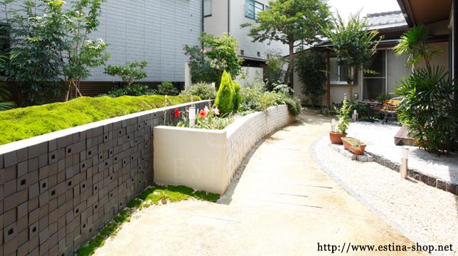大きな花壇がお庭の中心