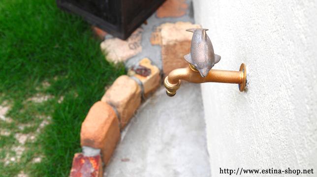 レンガとの相性も良いかわいいイルカデザインの水栓は、お庭のワンポイント