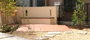 モダンなデザインに暖かみのある色使いのお庭