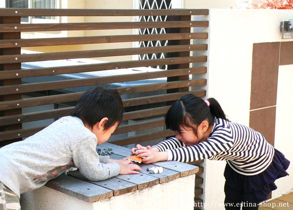 ベンチの横につくったテーブルはお子さんの遊び場にも