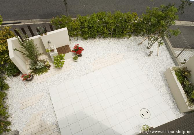 シンプルな外観と一体化したホワイトガーデン。素材の組み合わせや、癒しの空間を取り入れたお庭