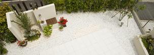白を基調に、素材のグラデーションで変化に富んだ遊び心のある庭