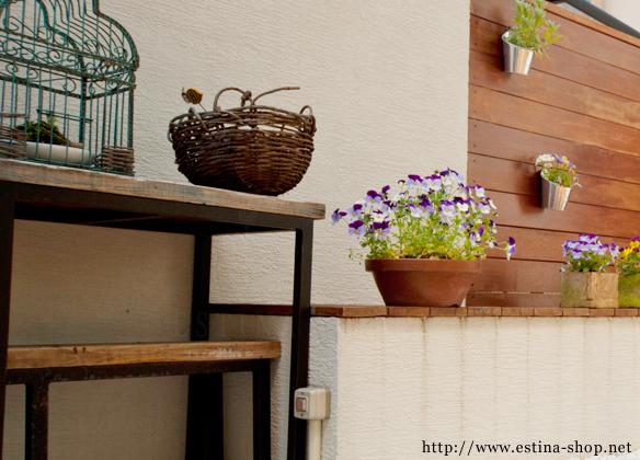 オリジナルのアイアンテーブルはお気に入りを飾る場所