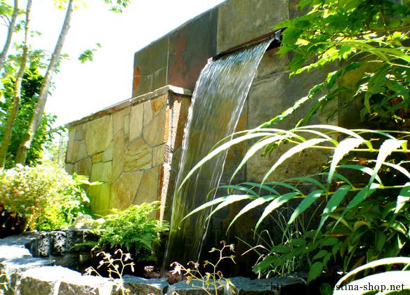 壁泉が癒しの音を届けてくれます