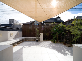 シェードが日差しを遮り、快適な空間に