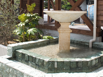 水音が涼しさを届ける、南国リゾート風の水盤
