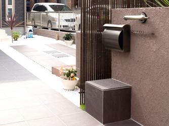 銅製のポストや照明で門柱デザインを統一