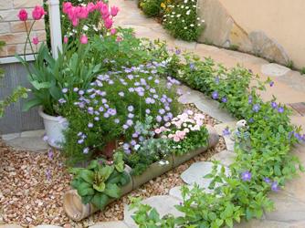 門柱前にある、印象的な花壇が迎えてくれます