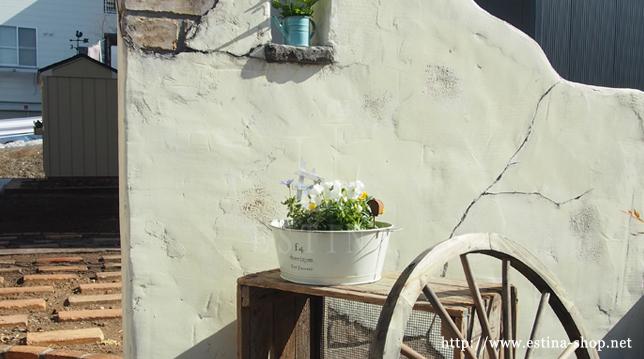 ガーデン雑貨と門柱のアンティーク感が程よい
