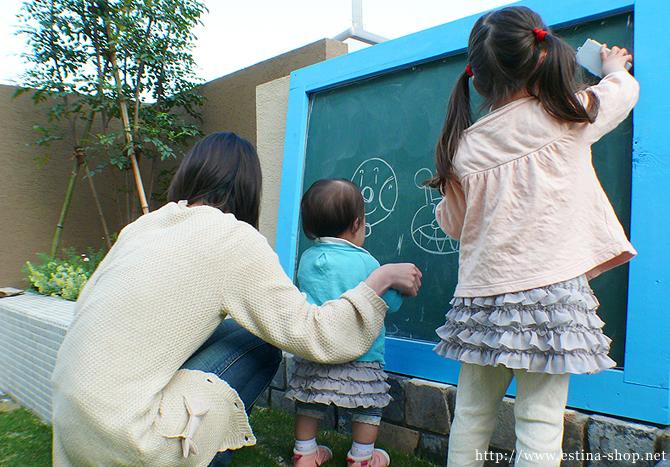 お子様のためにつくった黒板は、お友達にも大人気