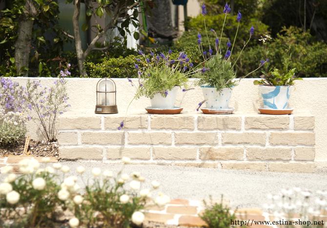 アプローチのワンポイントになる、花台はお気に入りを飾る場所
