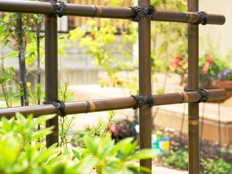塀の変わりに竹を組んだ壁がより雰囲気を伝えます