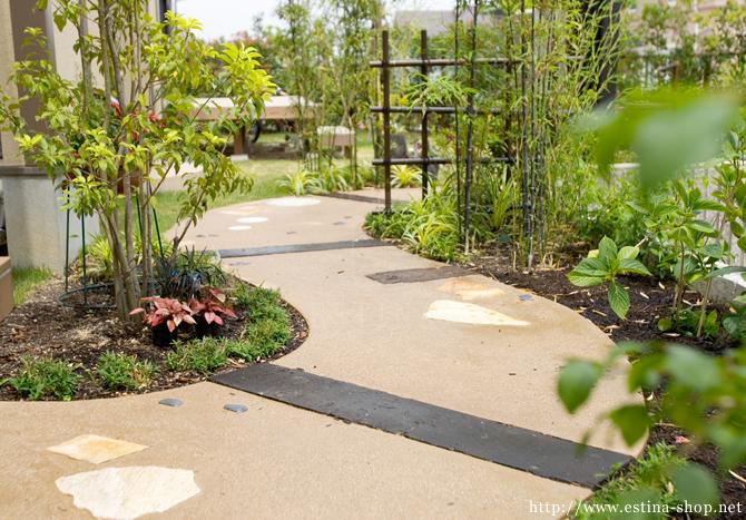 土のような雰囲気の中に枕木や自然石がアクセントに