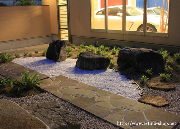 砂利とそこに配置された自然石が枯山水を彷彿とさせてくれます。