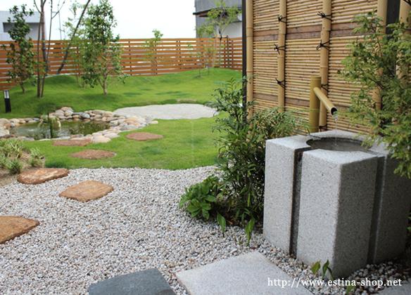 芝のグリーンとウッドフェンス、竹垣がよく調和しています。