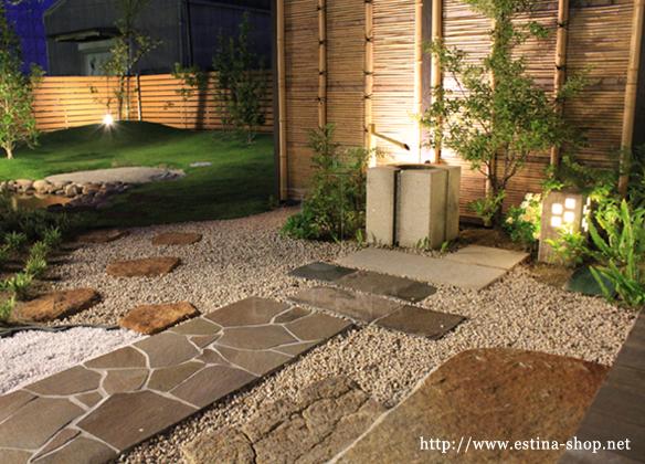 砂利、乱形石、自然石が見事に融合。乱形石の直線さと自然石の不ぞろいさのアンバランスさが魅力的。
