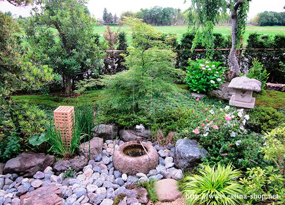 割栗石、松、苔が和のハーモニーを奏でます。