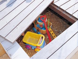 ベンチにはお子様の遊具などが収納可能