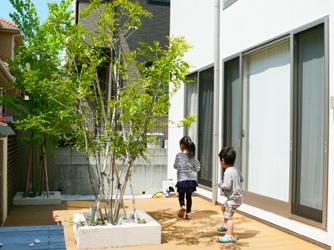お庭のシンボルツリーのまわりはお子さんのお気に入りの場所
