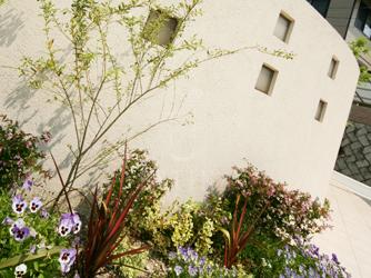 葉っぱだけでも色合いを楽しめる花壇