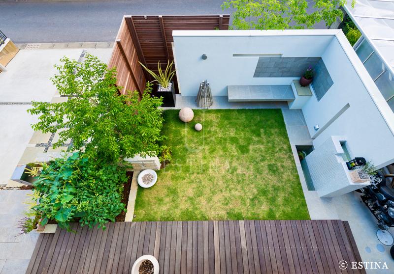 上から見た景色。素材使いが楽しい庭。