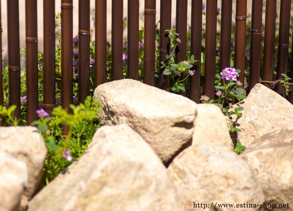 花壇の中に自然石でロックガーデン風に