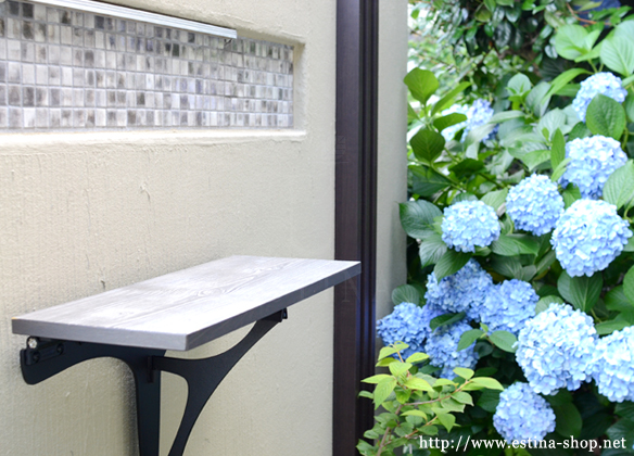 お庭の壁には、自分の好きなモノを飾れる棚を