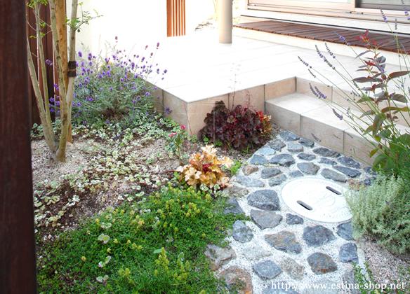 ハーブなどお気に入りの植物で癒しのテラス空間を演出