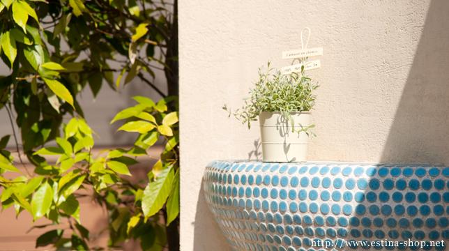 門の横に設置したモザイクタイルで造られた花台