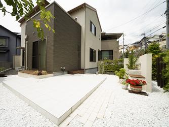 リビングと庭をつなぐ役割としてウッドデッキを使用