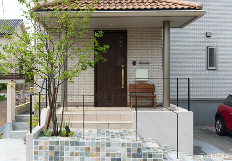 玄関まわりのリノベーション。石張りの階段が主役のすっきりかわいらしいファサードになりました。
