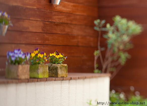ウッドフェンスは、部屋からでも緑を楽しませてくれる場所